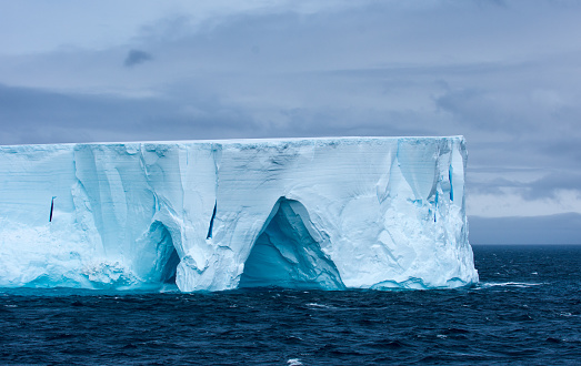 Cliff「Large tabular iceberg floating in Antarctica」:スマホ壁紙(14)