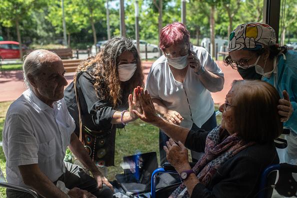 Visit「Nursing Homes Still Locked Down, Residents Meet Loved Ones Through A Glass Safely」:写真・画像(2)[壁紙.com]
