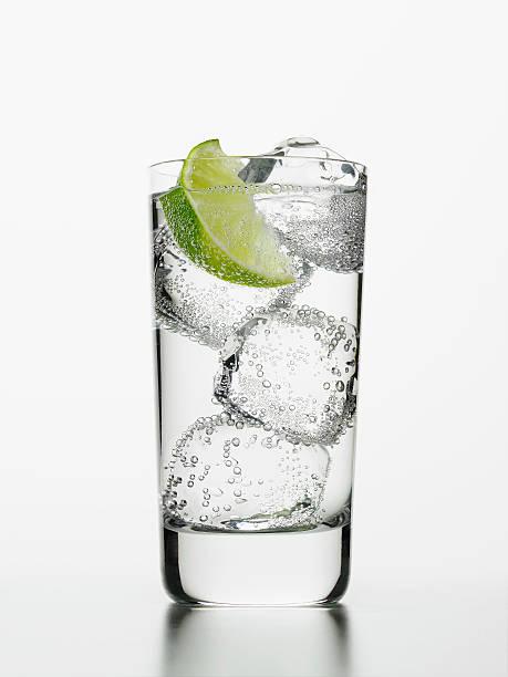 Seltzer water with lime wedge:スマホ壁紙(壁紙.com)