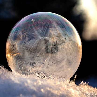雪の結晶「A frozen snowflake in a soap bubble」:スマホ壁紙(18)