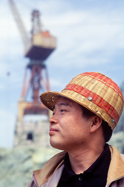 2002「Chinese site worker wearing bamboo hard hat. Three Gorges Dam, Yangtse River. Sandouping, Yichang, Hubei Province, China.」:写真・画像(11)[壁紙.com]