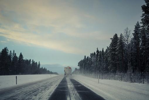 雪の吹きだまり「Vinterväg med lastbil och snörök」:スマホ壁紙(5)