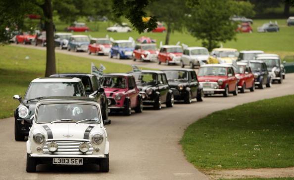50th Anniversary「Enthusiasts Participate In Mini's 50th Anniversary London To Brighton Rally」:写真・画像(4)[壁紙.com]