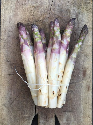 White Asparagus「Bunch of white asparagus on wooden chopping board」:スマホ壁紙(8)