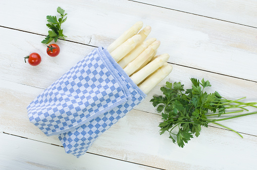 Asparagus「Bunch of white asparagus wrapped in kitchen towel, parsley and cherry tomatoes on wood」:スマホ壁紙(9)