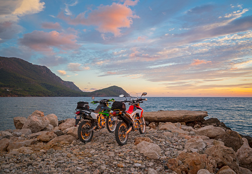 Motorcycle「Enduro bikes on the beach at dawn」:スマホ壁紙(18)