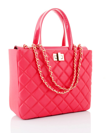 Purse「A pink leather bag with gold chains」:スマホ壁紙(3)