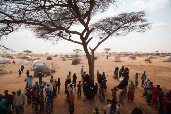 Waiting In Line「Refugees Flock To Dadaab As Famine Grips Somalia」:写真・画像(9)[壁紙.com]