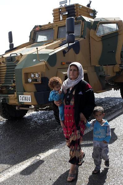 Stringer「Refugees Flee Kobane As IS Forces Battle Kurdish Resistance」:写真・画像(5)[壁紙.com]