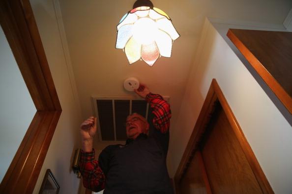 Smoke Detector「Repair Services Aid Homebound Seniors With Household Maintenance」:写真・画像(0)[壁紙.com]