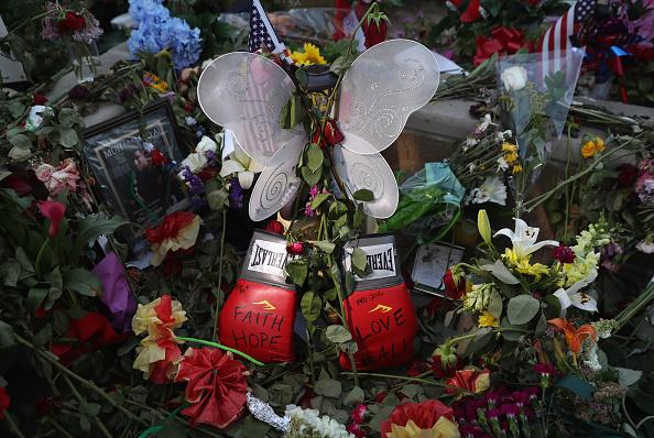 Sports Glove「Louisville Remembers Muhammad Ali Ahead Of His Funeral」:写真・画像(3)[壁紙.com]