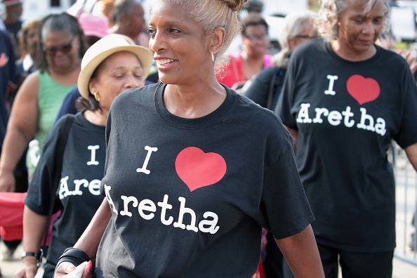 Scott Olson「Fans Of Soul Legend Aretha Franklin Pay Their Respects As Her Body Lies In Repose In Detroit」:写真・画像(17)[壁紙.com]