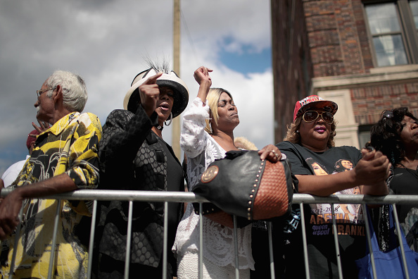 Scott Olson「Fans Of Soul Legend Aretha Franklin Pay Their Respects As Her Body Lies In Repose In Detroit」:写真・画像(7)[壁紙.com]
