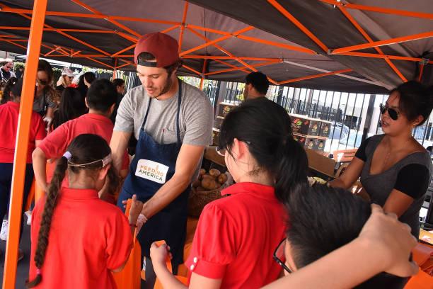 Celebrity Friends Volunteer At Feeding America's Summer Hunger Awareness Event At Para Los Ninos in Los Angeles:ニュース(壁紙.com)