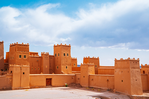 UNESCO「Morocco, Kasbah Taourirt fortress on a sunny day with cloudy sky.」:スマホ壁紙(8)