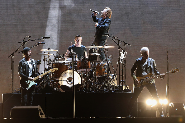 全身「U2 Performs At University Of Phoenix Stadium」:写真・画像(15)[壁紙.com]