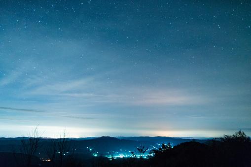 星空「Stars fill the sky above small village」:スマホ壁紙(6)