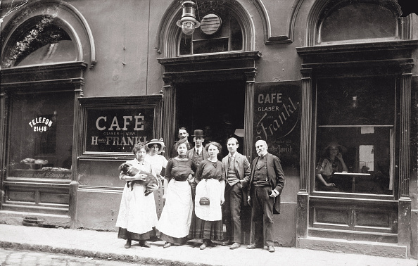 City Life「Coffeehouse Cafè Glaser (Formerly Hermann Frankl) In The 2Nd Viennese District. Waiters, Waitresses And Guests Standing In Front Of The Entrance. Austria. Photograph. About 1910.」:写真・画像(1)[壁紙.com]