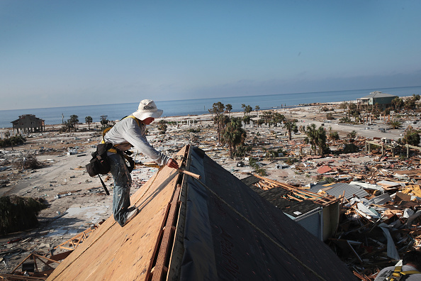 Roofer「Recovery Efforts Continue In Hurricane-Ravaged Florida Panhandle」:写真・画像(1)[壁紙.com]