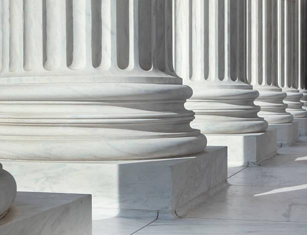 Column outside U.S. Supreme Court building:スマホ壁紙(壁紙.com)