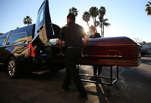 Coffin「Southern California Funeral Home Works Through Worsening COVID-19 Surge」:写真・画像(12)[壁紙.com]