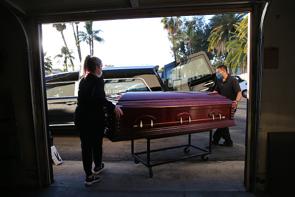 Death「Southern California Funeral Home Works Through Worsening COVID-19 Surge」:写真・画像(17)[壁紙.com]
