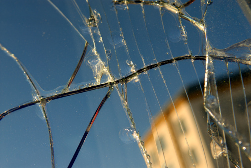 ひびが入ったガラス「都会の公共物破壊」:スマホ壁紙(14)
