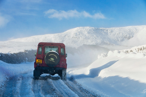 季節「A Landrover tries to get over the Kirkstone Pass road above Windermere after it is blocked by spindrift and wind blown snow, Lake District, UK.」:写真・画像(3)[壁紙.com]