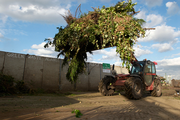 Recycling「Front loader with garden waste at Peterborough recycling centre, Cambridgeshire, UK」:写真・画像(4)[壁紙.com]