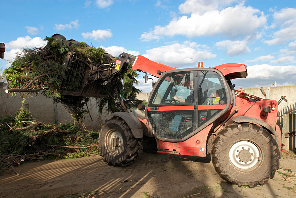 Finance and Economy「Front loader with garden waste at Peterborough recycling centre, Cambridgeshire, UK」:写真・画像(7)[壁紙.com]