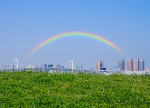 虹「View over field of Ariake, and a rainbow over the city. Koto Ward, Tokyo Prefecture, Japan」:スマホ壁紙(4)