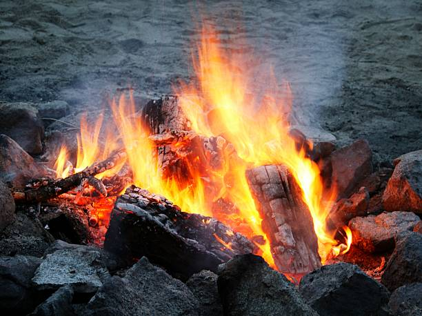 A campfire:スマホ壁紙(壁紙.com)