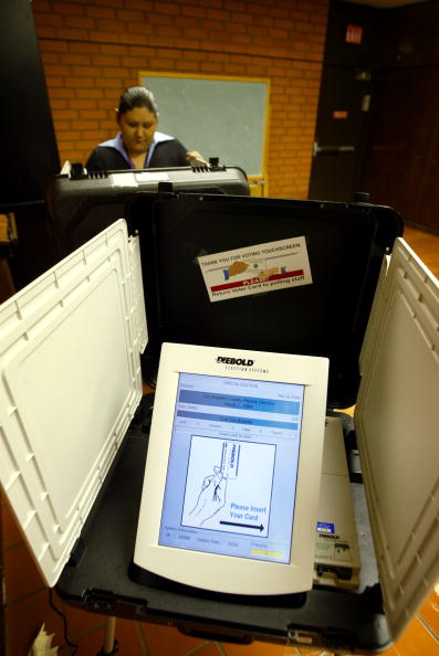David McNew「Early Touchscreen Primary Voting Begins in California」:写真・画像(7)[壁紙.com]