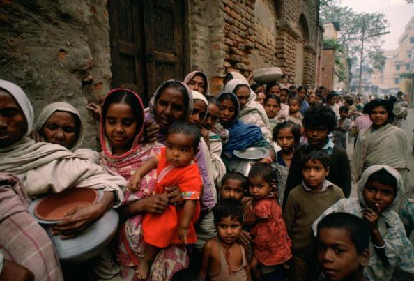Crowd「Food Queue, Mother Teresa's Mission, Calcutta, India」:写真・画像(2)[壁紙.com]