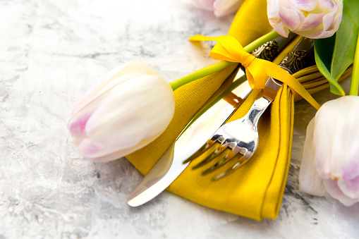テーブルセッティング「Easter place setting with tulip flowers」:スマホ壁紙(17)