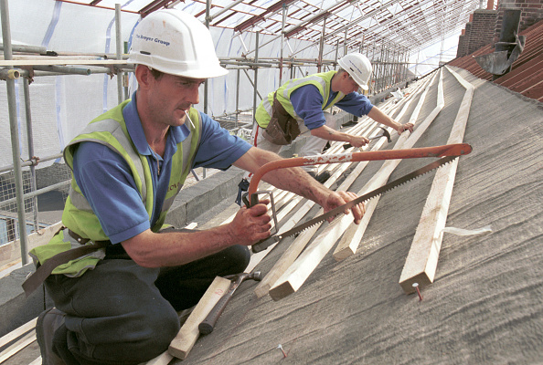 Cutting「Roof Slating Sawing and nailing battens on roof」:写真・画像(7)[壁紙.com]