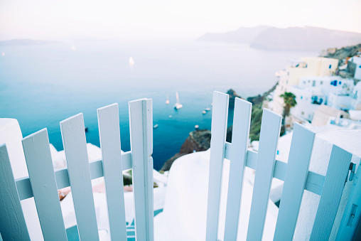 Aegean Sea「Greece, Santorini, Oia, view to the caldera with entrance gate in the foreground」:スマホ壁紙(13)