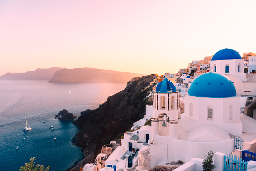 Volcanic Landscape「Greece, Santorini, Oia, view to caldera and Greek Orthodox Church at sunset」:スマホ壁紙(3)