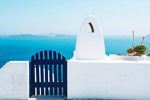 Whitewashed「Greece, Santorini, Oia, gate and chimney in front of the sea」:スマホ壁紙(10)