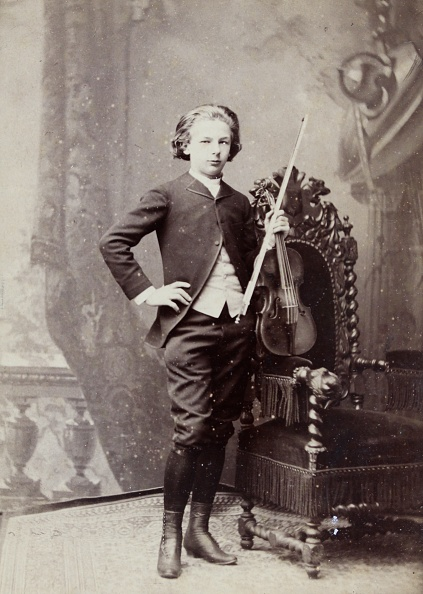 1880-1889「Young Winner Of A Violinists Competition At The Paris Conservatory. 1883. Photograph By Pierre Petit / Paris. Photograph.」:写真・画像(3)[壁紙.com]