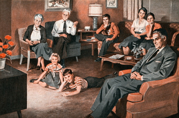 Watching TV「Family Watching Television」:写真・画像(4)[壁紙.com]