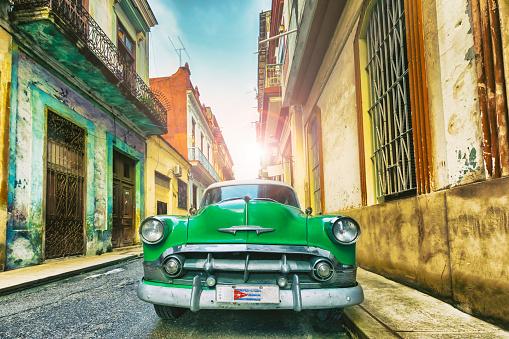 Cuban Culture「Vintage green oldtimer car driving through Old Havana Cuba」:スマホ壁紙(6)