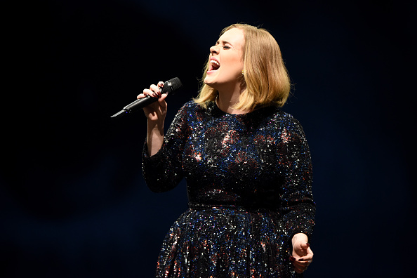 Singing「Adele Performs At The Manchester Arena」:写真・画像(15)[壁紙.com]