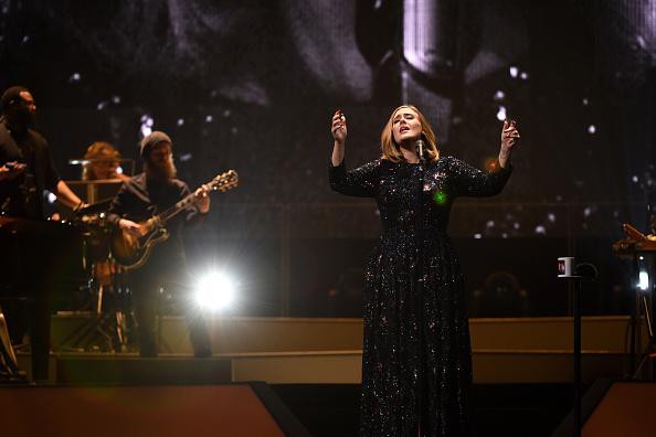 歌う「Adele Performs At The Manchester Arena」:写真・画像(10)[壁紙.com]