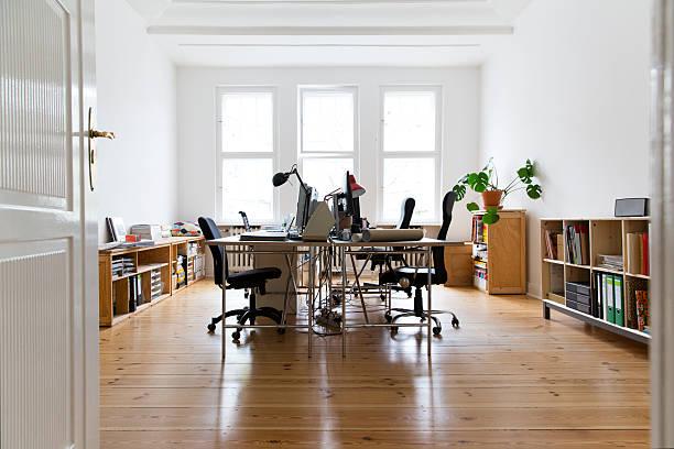 Workspace in empty office:スマホ壁紙(壁紙.com)