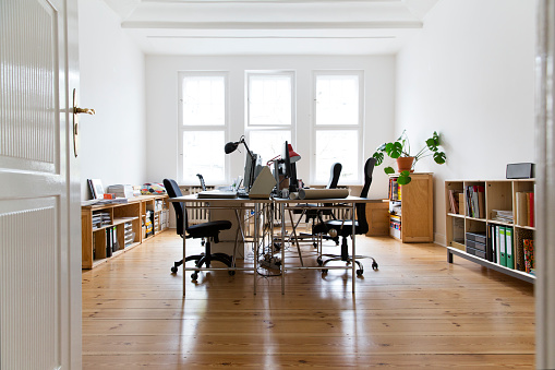 New Business「Workspace in empty office」:スマホ壁紙(1)