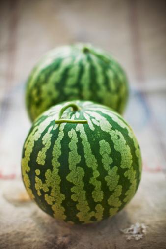 スイカ「Two small watermelon on bag」:スマホ壁紙(14)
