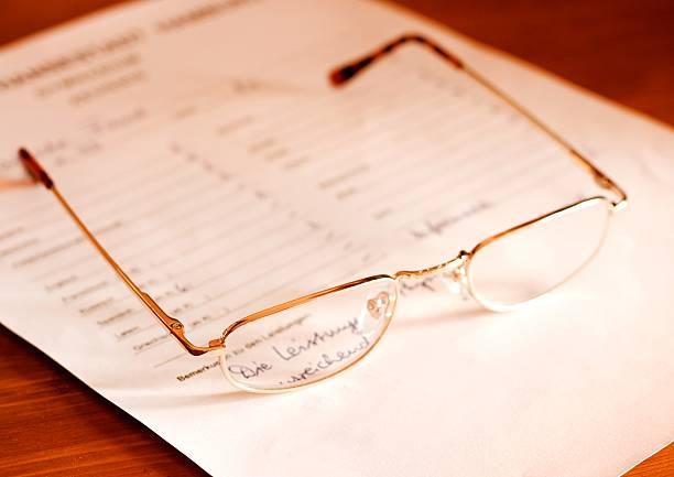 attestation- glasses on document:スマホ壁紙(壁紙.com)