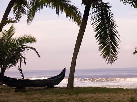 アラビア海「Canoe on the Beach, Arabian Sea, Kerala, India」:スマホ壁紙(11)