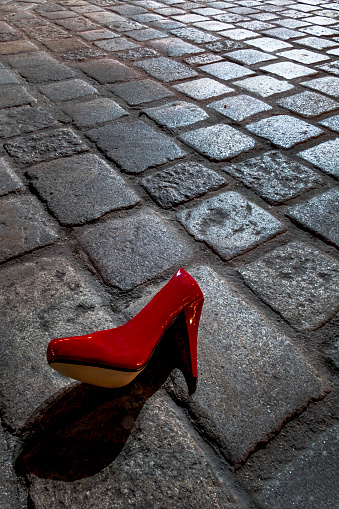 High Heels「Red high heel lying on cobblestone pavement at night」:スマホ壁紙(9)